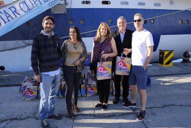 Turistas del Roal Clipper en la dársena granadina