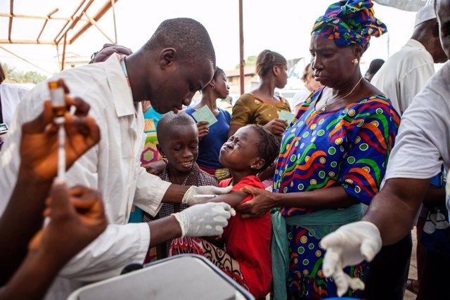 Vacunación contra el sarampión en Conakry