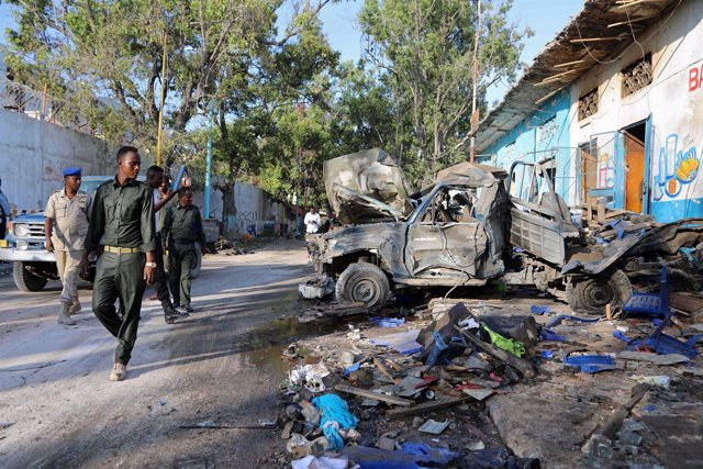 Escena del ataque suicida con coche bomba contra un hotel en Mogadiscio