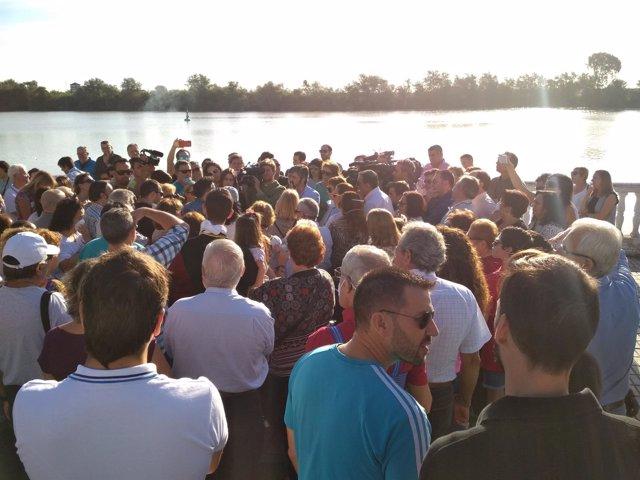Concentración de vecinos en Coria del Río (Sevilla)