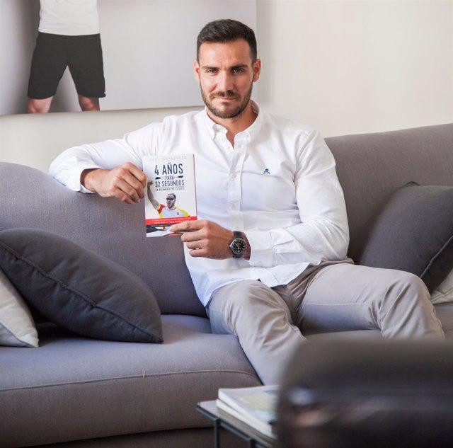 Saúl Craviotto posa con su libro