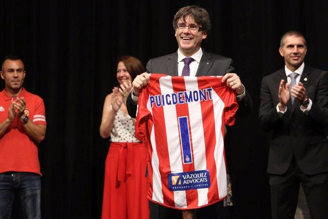 Carles Puigdemont con la camiseta del Girona FC