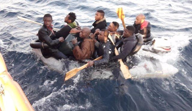 La patera, rescatada por Salvamento, a la que había entrado abundante agua
