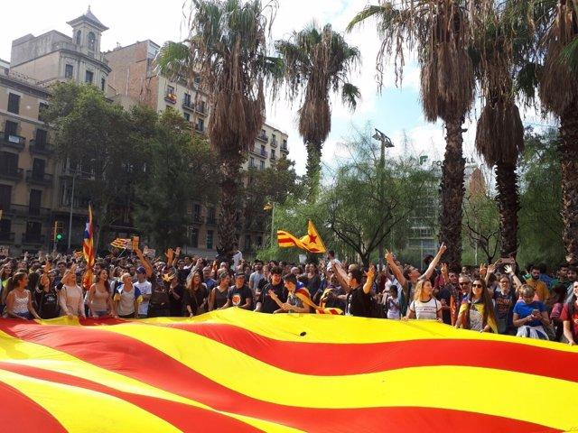 Manifestación multitudinaria en plaza Universitat contra la violencia 1-O