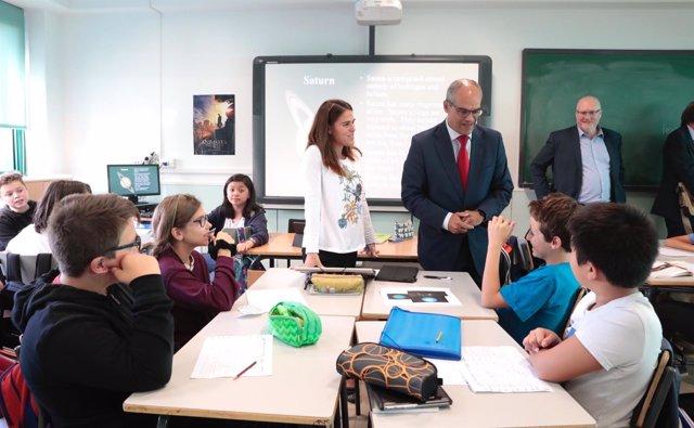 Van Grieken en un aula con alumnos bilingües