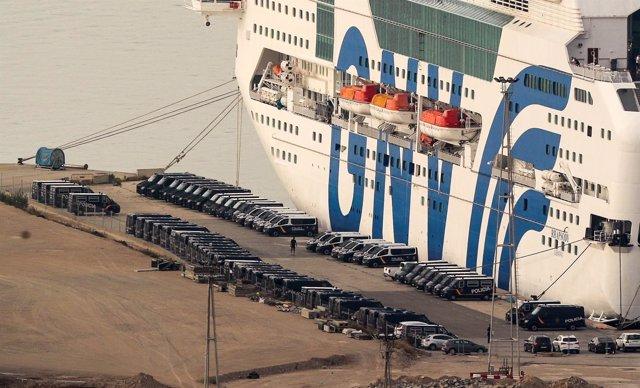 Barco fletado por Interior con policías y guardias civiles en Barcelona