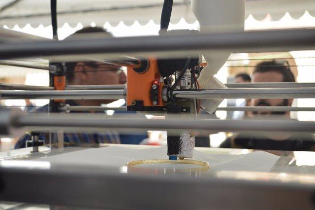 Impresora 3D fabricando una pieza de caramelo