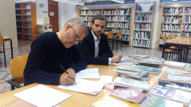 El artista Pepe Miralles i el regidor de Cultura, Llorenç Carrió.