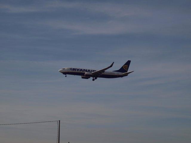 Un avión aterriza en el aeropuerto Alicante-Elche