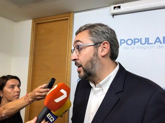 Víctor Martínez ateniendo a los medios en la Asamblea