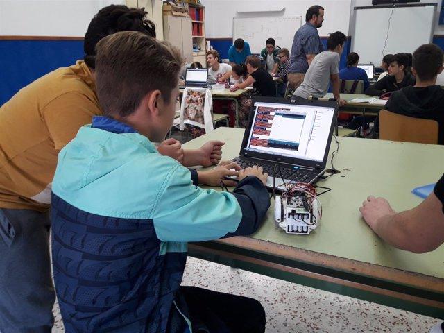 Una treintena de alumnos de Tabernas participan en un taller de Robótica.