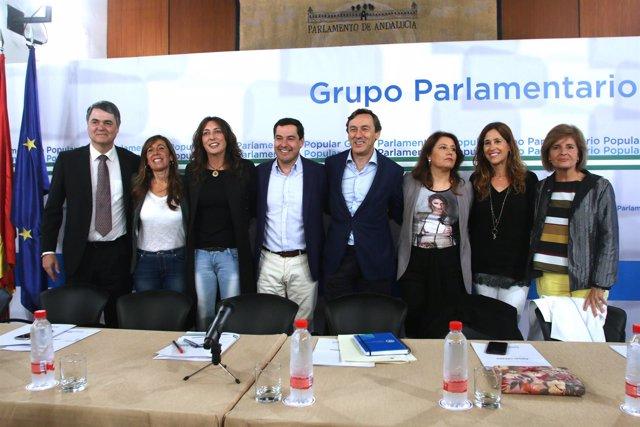Hernando y Moreno, junto a otros miembros del partido, hoy en Sevilla