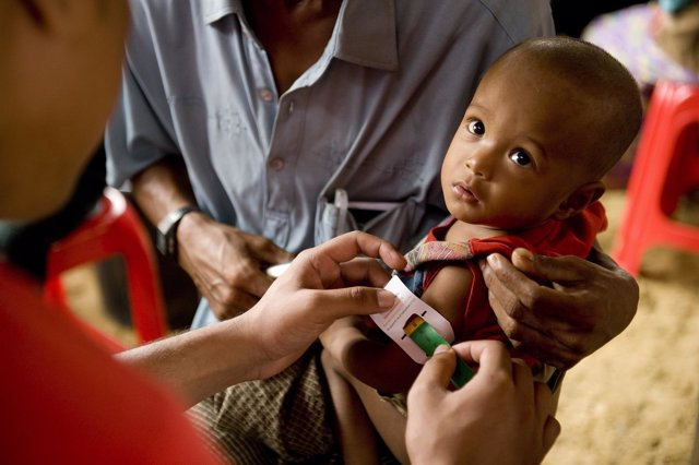 Un bebé rohingya en un hospital de Save The Children en Cox's Bazar