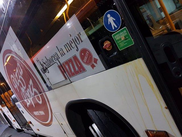 Un autobús de Surbús tras recibir un huevazo en la Noche en Negro