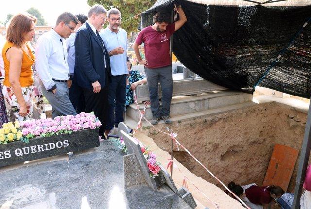 Visita institucional a las excavaciones de la fosa 113