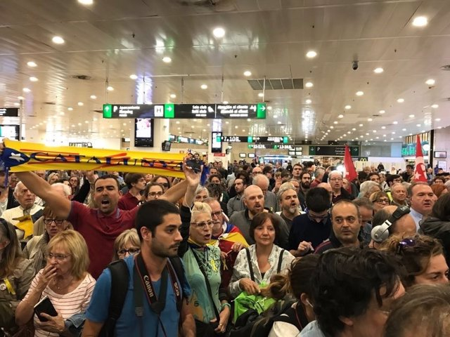 Ciudadanos esperando a miembros del Parlament de vuelta del TS (Madrid)