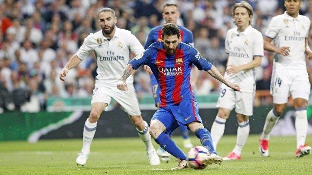 Messi y Carvajal en un Clásico entre Real Madrid y Barcelona