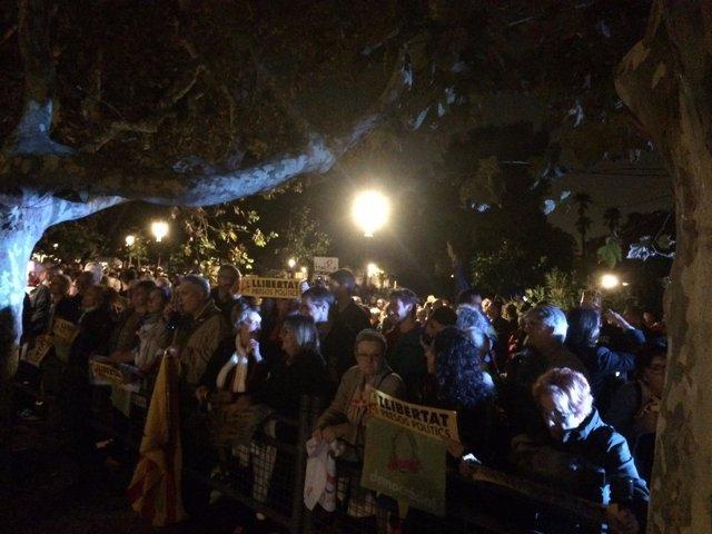 Concentrados ante el Parlament para protestar contra el encarcelamiento.