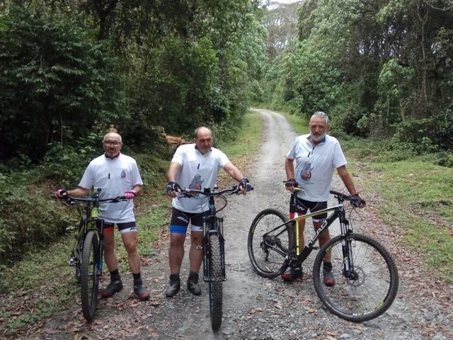 Juanito Oiarzabal en su intento de ascender el Kilimanjaro en bicicleta