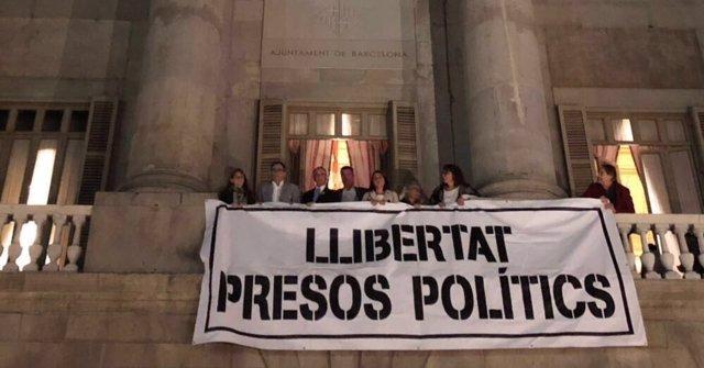 Concejales de Barcelona cuelgan pancarta pidiendo libertad para los encarcelados