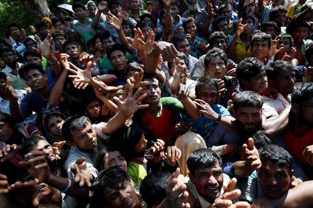 Refugiados rohingya esperan ayuda en Cox's Bazar (Bangladesh)