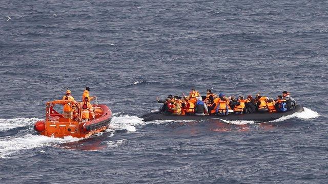 Guardacostas turcos rescatan una embarcación con refugiados