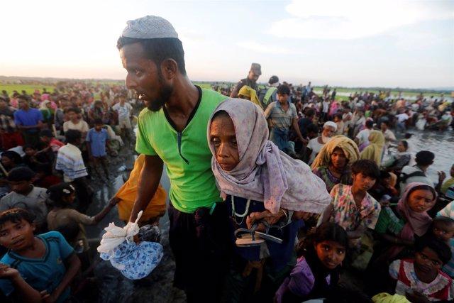 Una refugiada rohingya intentando cruzar de Birmania a Bangladesh
