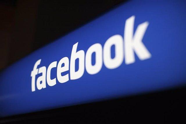 Foto de archivo del logo de Facebook en su casa matriz de Menlo Park, EEUU