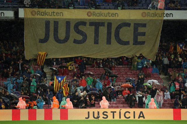 """El Camp Nou pide """"justicia"""" y """"libertad"""" para los miembros del Govern cesados"""