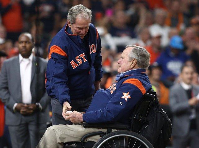 Los expresidentes Bush durante un partido de béisbol