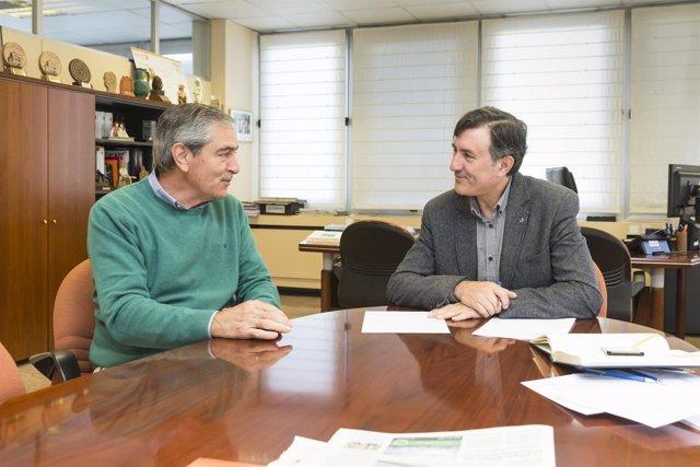 El consejero de Educación, Francisco Fernández Mañanes. Y el alcalde de Suances