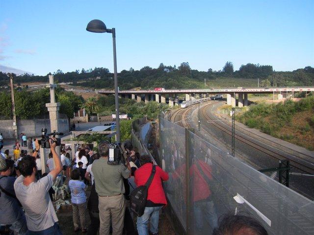 Un tren pasa por Angrois en el cuarto aniversario