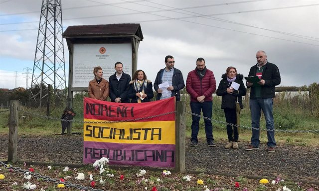 Guillero Martínez con Adrían Barbón y los organizadores.