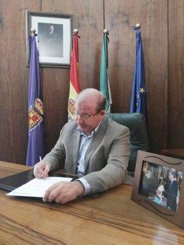 El alcalde de Jaén, Javier Márquez, firma el bando municipal.