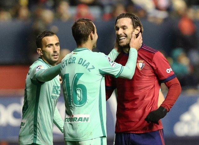 Granada aprovecha tropiezos para ponerse líder tras empatar ante Osasuna