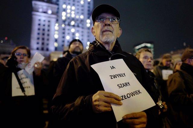 Manifestantes en Varsovia homenajean al hombre que se predió fuego como protesta
