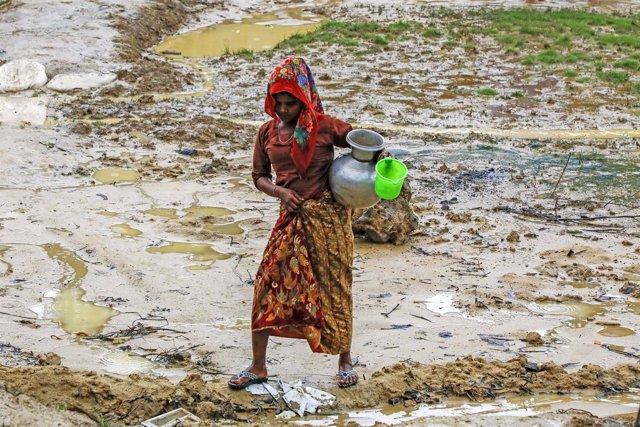 Refugiada rohingya recogiendo agua