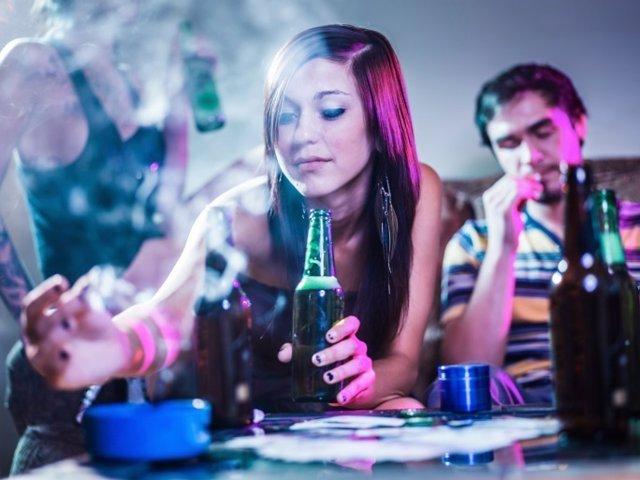Alcohol, fumar, porros, marihuana.