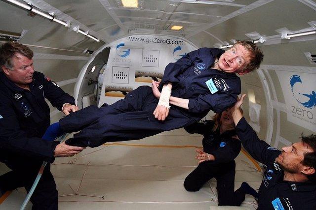Stephen Hawking durante un vuelo en gravedad cero