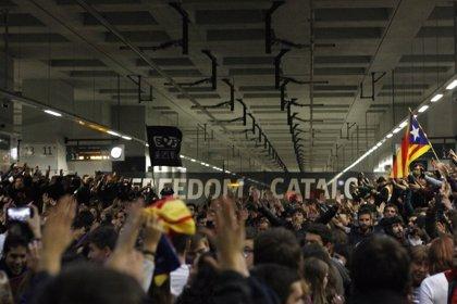 Un millar de personas ocupan las vías de la estación de AVE de Girona afectando a seis trenes