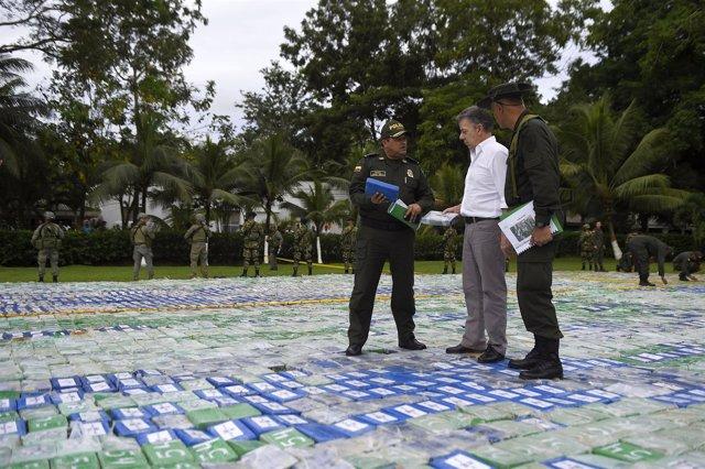 Juan Manuel Santos revisa el mayor cargamento de droga incautado en Colombia