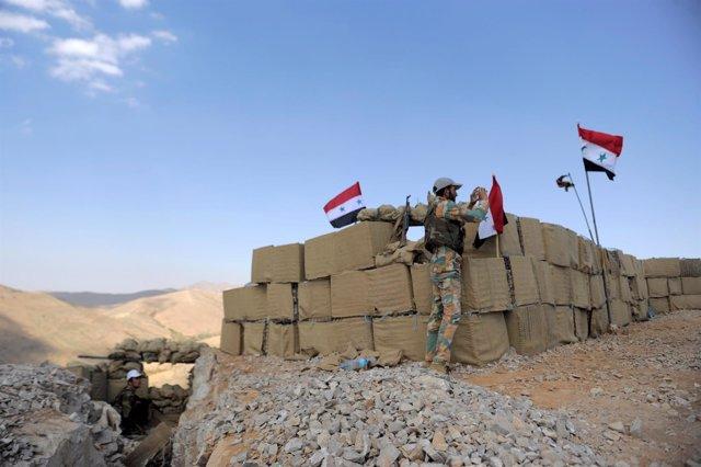 Militares del Ejército sirio desplegados en un puesto en el oeste de Siria