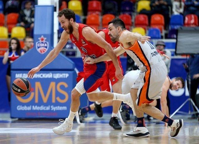 Sergio Rodríguez, del CSKA, ante Rafa Martínez del Valencia Basket