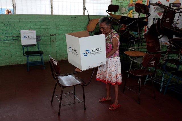 Una mujer vota durante las municipales en Nicaragua.