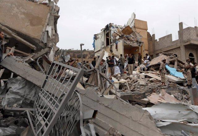 Casas bombardeadas en Saná, Yemen
