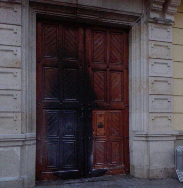 Queman la puerta del Ayuntamiento de L'Hospitalet