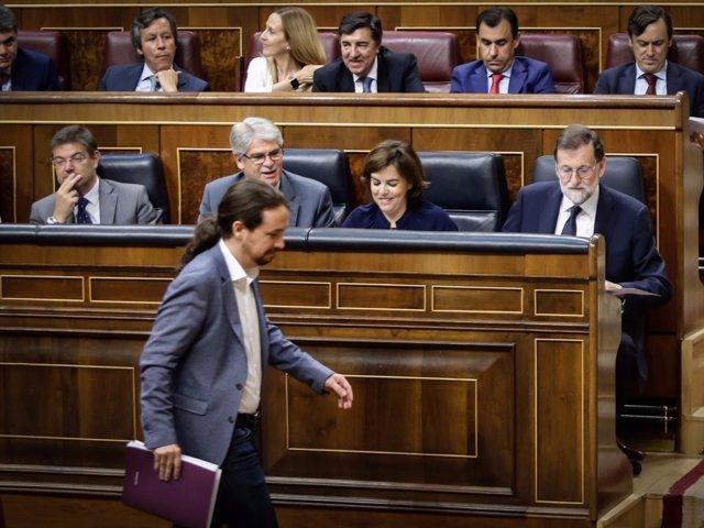Pablo Iglesias pasa por delante de Rajoy en el Congreso