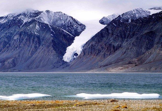 Glaciar montañoso en el extremo norte de Canadá