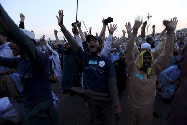 Protesta de activistas islamistas en las calles de Islamabad, la capital.