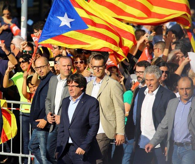 Puigdemont en la manifestación en Barcelona por la libertad de Sanchez y Cuixart